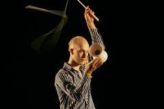 Juggler wykonuje przedstawienie z diabolem obrazy royalty free