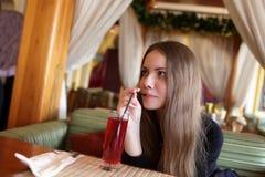 Jugo adolescente de las bebidas Imágenes de archivo libres de regalías