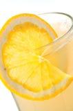Jugo con la rebanada de limón Imágenes de archivo libres de regalías