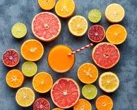 Jugo con los agrios, pomelo, anaranjado en fondo azul Visión superior, foco selectivo Detox, adietando, consumición limpia foto de archivo libre de regalías
