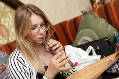 Jugo de consumición adolescente y mirada del menú Foto de archivo libre de regalías