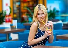 Jugo de consumición de la muchacha adolescente atractiva en barra Fotos de archivo