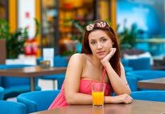 Jugo de consumición de la muchacha adolescente atractiva en barra Imagen de archivo