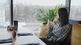 Jugo de consumición de la mujer joven, bloging Trabajo del Freelancer en coworking moderno del caf? Gente acertada, hombre de neg almacen de video