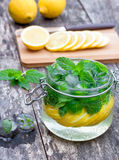 Jugo de fruta hecho en casa con el limón Fotografía de archivo libre de regalías