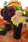 Jugo de la baya del saúco y frutas frescas en la cesta Imagen de archivo