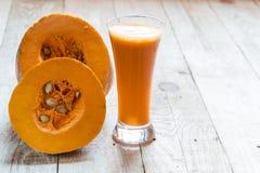 Jugo de la calabaza verduras naturales del jugo Naranja fresca útil dieta de la comida sana imagen de archivo