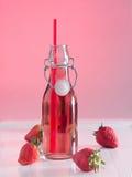Jugo de la fresa en una botella Fotos de archivo libres de regalías