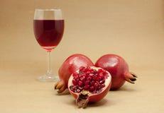 Jugo de la granada en un vidrio de vino Fotografía de archivo libre de regalías