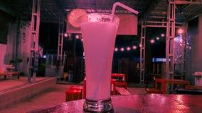Jugo de la limonada en el café en colores pastel del fondo imagen de archivo libre de regalías