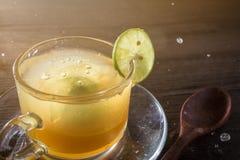 Jugo de la miel y de limón en cristal Imagen de archivo