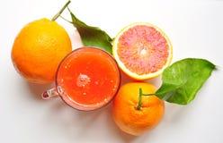 Jugo de la naranja de sangre de Sicilia en un fondo blanco Foto de archivo libre de regalías