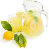 Jugo de limón con la fruta del limón Imágenes de archivo libres de regalías