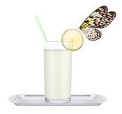Jugo de limón delicioso con la mariposa foto de archivo
