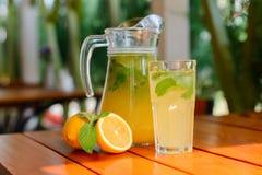 Jugo de limón fresco en la terraza del verano Foto de archivo