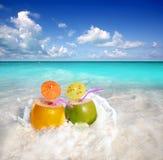 Jugo de los cocteles del coco en playa tropical Imagen de archivo