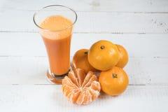 Jugo de mandarines Jugo fresco mandarinas de la fruta cítrica Jugo natural foto de archivo libre de regalías