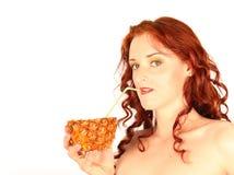 Jugo de piña de consumición de la muchacha aislado en blanco Foto de archivo libre de regalías