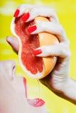 Jugo de pomelo de consumición de la mujer imagen de archivo