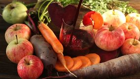 jugo de Remolacha-zanahoria-Apple en vidrio en la tabla almacen de video