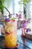 Jugo de restauración de la fruta de la pasión con soda Foto de archivo libre de regalías