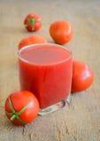 Jugo de tomate en de madera Imagenes de archivo