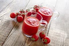 Jugo de tomate en vidrios Fotos de archivo libres de regalías