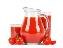 Jugo de tomate en vidrios y tomates frescos Imagen de archivo libre de regalías