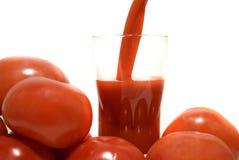 Jugo de tomate fresco de colada fotos de archivo