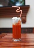 Jugo de tomate picante con la zanahoria y la crema en un vidrio alto Fotografía de archivo