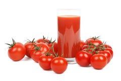 Jugo de tomate y porciones de tomates sobre blanco Imagenes de archivo