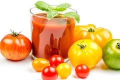 Jugo de tomate y tomates frescos Fotografía de archivo libre de regalías