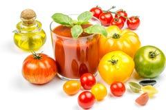Jugo de tomate y tomates frescos Foto de archivo