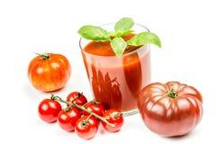 Jugo de tomate y tomates frescos Fotos de archivo libres de regalías