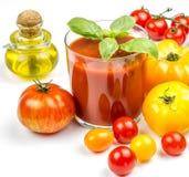 Jugo de tomate y tomates frescos Imágenes de archivo libres de regalías