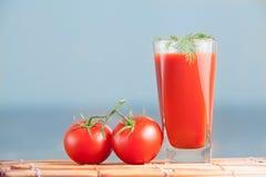 Jugo de tomates fresco fijado con eneldo Imagen de archivo