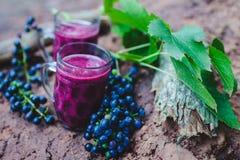 Jugo de uva en dos tazas imagen de archivo
