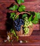 Jugo de uva en un vidrio en la tabla Foto de archivo