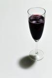 Jugo de uva en vidrio de la vid Imágenes de archivo libres de regalías