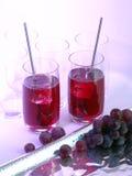 Jugo de uva en vidrios imagenes de archivo