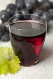 Jugo de uva roja fresco Foto de archivo libre de regalías