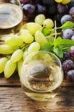 Jugo de uvas blancas en la tabla de madera Fotos de archivo libres de regalías