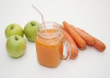 Jugo de zanahoria con las manzanas Foto de archivo libre de regalías