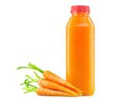 Jugo de zanahoria crudo recientemente exprimido en botella Fotos de archivo
