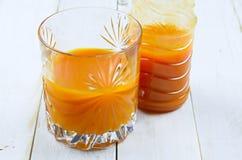 Jugo de zanahoria en vidrio Imagen de archivo libre de regalías