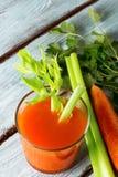 Jugo de zanahoria fresco foto de archivo