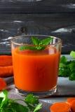 Jugo de zanahoria fresco fotos de archivo
