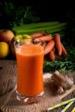 Jugo de zanahoria recientemente exprimido Foto de archivo libre de regalías