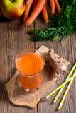 Jugo de zanahoria recientemente exprimido Imagen de archivo libre de regalías