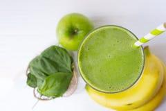 Jugo del smoothie de la manzana de la espinaca de la mezcla del pl?tano y bebida verde del jugo sanos fotos de archivo